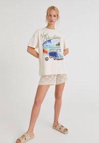 PULL&BEAR - VOLKSWAGEN BULLI - T-shirt con stampa - white - 1