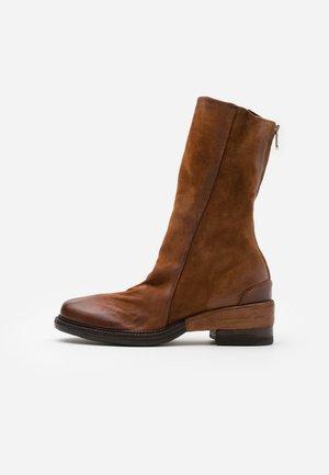Vysoká obuv - calvados