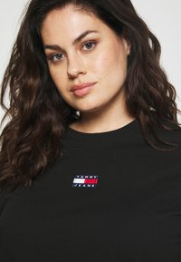 Tommy Jeans Curve - CENTER BADGE TEE - Print T-shirt - black - 3