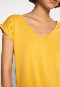 Pieces - PCKAMALA TEE - Camiseta básica - nugget gold - 4