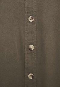 Pieces Curve - PCGEROMA MIDI SHIRT DRESS CURVE - Shirt dress - sea turtle - 6