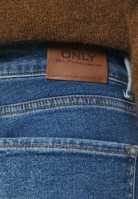 ONLY Petite - ONLEMILY LIFE - Jeans Tapered Fit - medium blue denim - 4