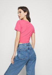 NA-KD - BABYLOCK CROP - Basic T-shirt - hot pink - 2