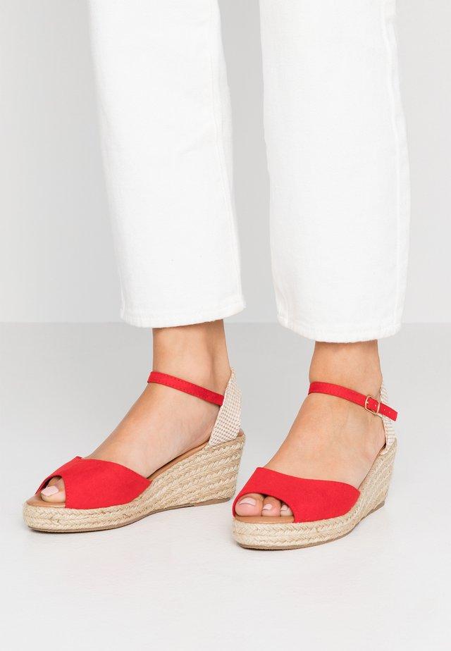 PAT - Sandály na platformě - bright red