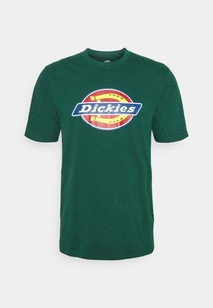 ICON LOGO TEE - T-shirt med print - ponderosa pine