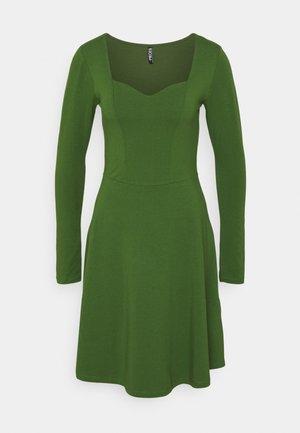 PCANG DRESS - Jersey dress - garden green