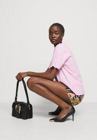 Versace Jeans Couture - BUCKET - Kabelka - nero - 0