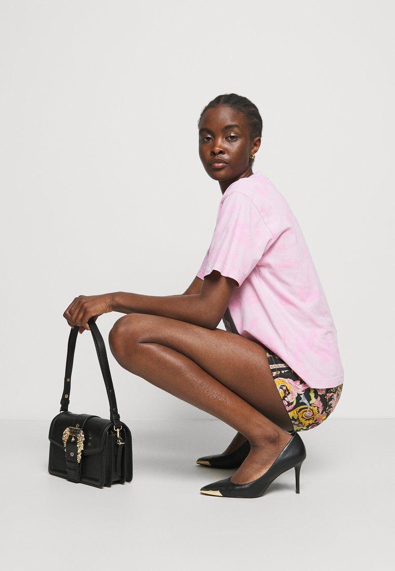 Versace Jeans Couture - BUCKET - Kabelka - nero
