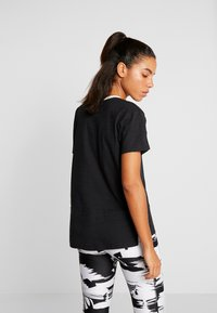 Under Armour - CHARGED  - Print T-shirt - black/white - 2