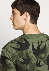 McQ Alexander McQueen - DROPPED SHOULDER - Print T-shirt - military khaki - 4