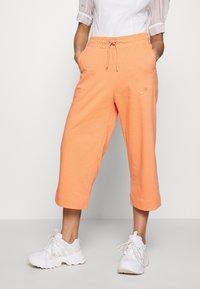 Nike Sportswear - W NSW CAPRI JRSY - Joggebukse - orange trance - 0
