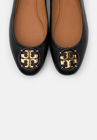 Tory Burch - MINNIE BALLET WITH MULTI LOGO - Baleríny - perfect black