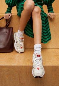 adidas Originals - 2000 W - Sneakersy niskie - chalk white/offwhite/scarlet - 4