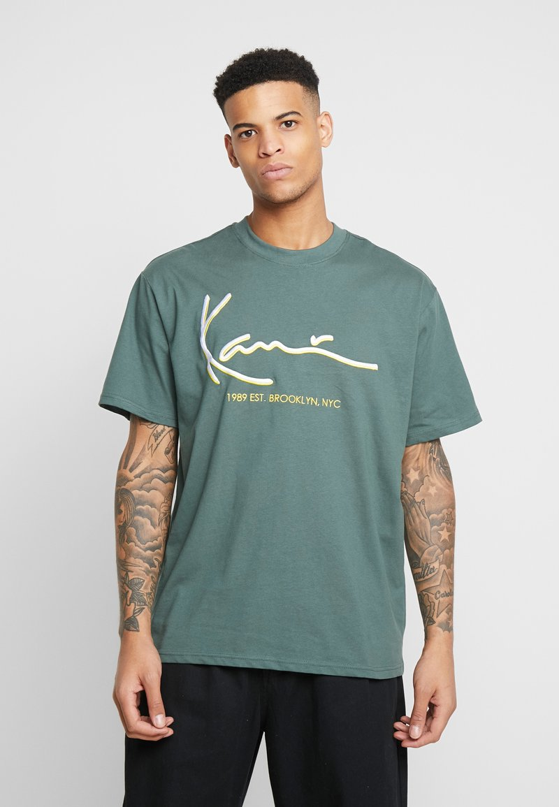 Karl Kani - SIGNATURE TEE - T-Shirt print - green/yellow