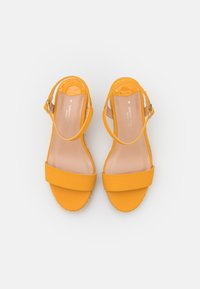 Dorothy Perkins Wide Fit - WIDE FIT RAY WEDGE - Sandalen met plateauzool - yellow - 5