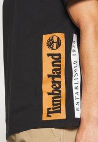 Timberland - ESTABLISHED BLOCK LOGO TEE - T-Shirt print - black/wheat boot - 4