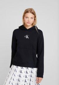 Calvin Klein Jeans - MONOGRAM BOXY HOODIE - Bluza z kapturem - black - 0
