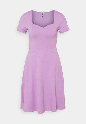 PCANG DRESS - Sukienka z dżerseju - sheer lilac