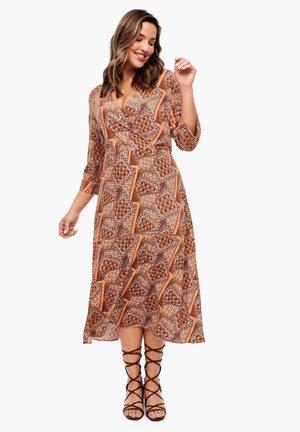 MIT WICKELEFFEKT - Day dress - orange aop