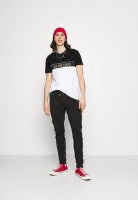 Glorious Gangsta - HERVOS TEE - Print T-shirt - optic white - 1