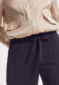 comma - MIT DURCHZUGBAND - Trousers - navy - 3