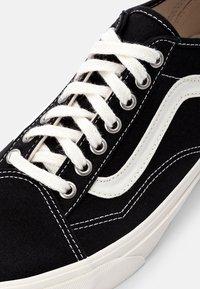 Vans - OLD SKOOL TAPERED UNISEX - Sneakers laag - black/natural - 5