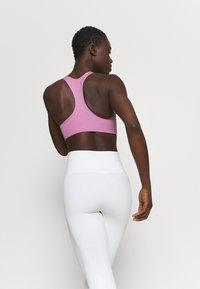 Nike Performance - BRA - Sujetadores deportivos con sujeción media - beyond pink/white - 2