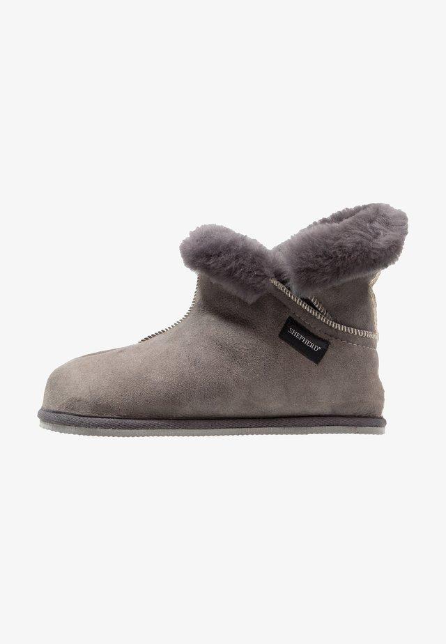OSKAR  - Slippers - asphalt