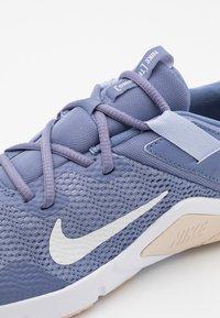 Nike Performance - LEGEND ESSENTIAL - Chaussures d'entraînement et de fitness - world indigo/summit white/ghost - 5