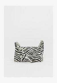 MIT KETTE  - Håndtasker - white