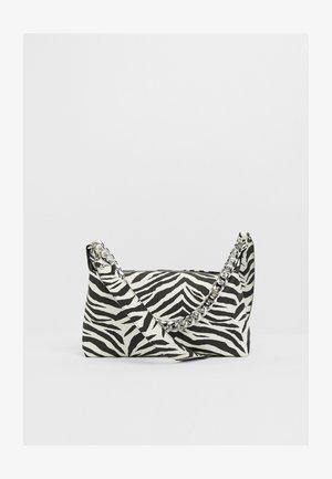 MIT KETTE  - Handtasche - white
