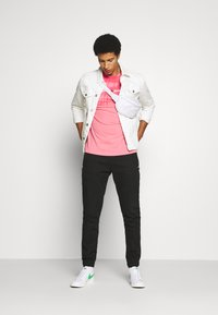 Tommy Jeans - SCANTON JOGGER DOBBY PANT - Pantaloni sportivi - black - 1