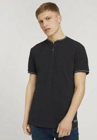 TOM TAILOR DENIM - MIT STREHKRAGEN - Basic T-shirt - black - 0