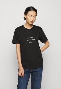 Progetto Quid - UNISEX MENTA - Print T-shirt - black - 1