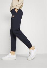 GANT - ARCHIVE SHIELD PANT - Pantalon de survêtement - evening blue - 4