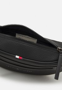 Tommy Hilfiger - ESSENTIAL CROSSBODY UNISEX - Bum bag - black - 2
