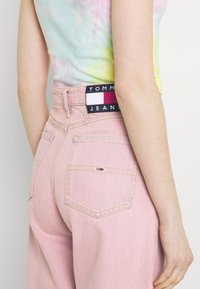 Tommy Jeans - MOM ULTRA - Relaxed fit jeans - pink daisy - 5