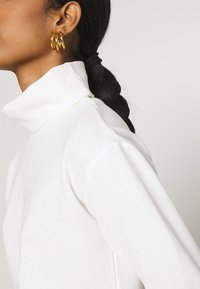 Glamorous - OVERSIZED CROP WITH LONG SLEEVES AND HIGH NECK - Long sleeved top - white - 4