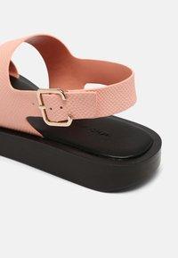 Who What Wear - ASHLEY - Sandály s odděleným palcem - pink coral - 5