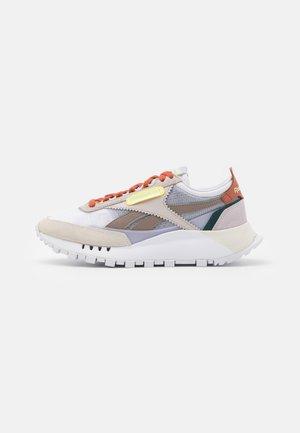 CL LEGACY - Matalavartiset tennarit - footwear white/lumlil/sansto