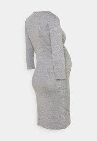 MAMALICIOUS - MLILA TESS DRESS - Pletené šaty - medium grey melange - 1