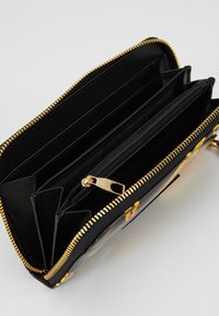 Versace Jeans Couture - PATENT BAROQ ZIP AROUND PURSE - Portemonnee - nero/oro - 5