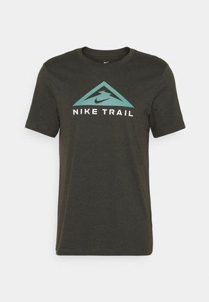 TEE TRAIL - T-shirt med print - sequoia