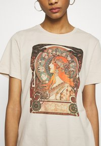 Even&Odd - HATTIE WITH MUCHA AND KLIMT - T-shirts med print - off white