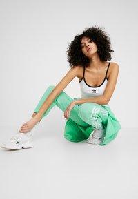 adidas Originals - LOCK UP ADICOLOR NYLON TRACK PANTS - Joggebukse - prism mint/white - 1