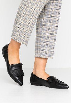 SHAUNA - Slippers - schwarz samoa