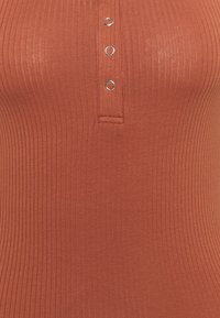 PIECES Tall - PCKITTE TALL - Basic T-shirt - copper brown - 2