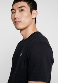 Nike Sportswear - TEE HERITAGE  - T-shirt med print - black - 3