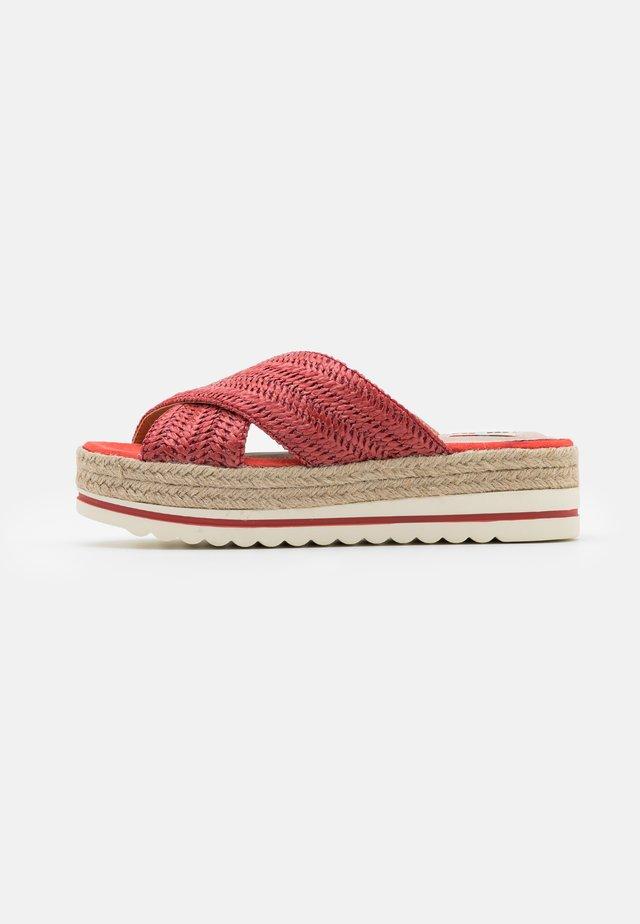 SELLA - Pantofle na podpatku - rojo