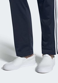 adidas Originals - NIZZA SLIP-ON SHOES - Sneakers laag - white - 0